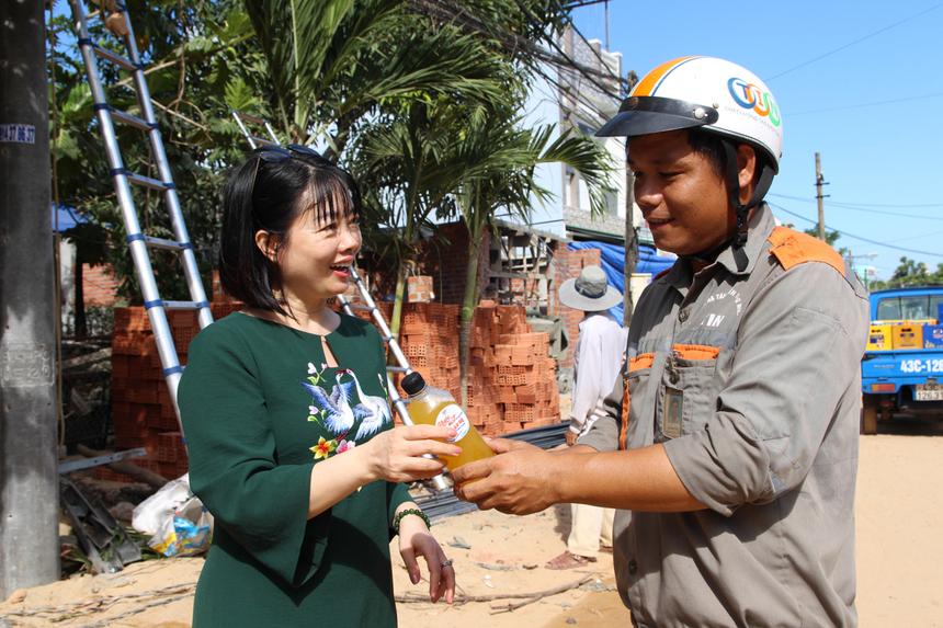 Chị Mai Hương đã cùng đại diện chi nhánh 'đội nắng' đi trao những chai nước chanh dây, tiếp thêm động lực cho những nhân viên khối Kỹ thuật đang làm việc ngoài trời.