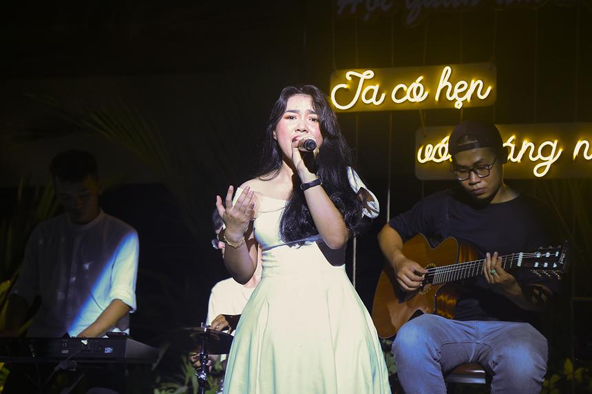 Giọng ca Thùy Vân khép lại chương cuối của chương trình bằng ca khúc mang tên chủ đề của Hội quán âm nhạc - Ta có hẹn với tháng năm. Bài hát chính là lời nhắn nhủ của BTC dành tặng cho mỗi khán giả tham dự chương trình.