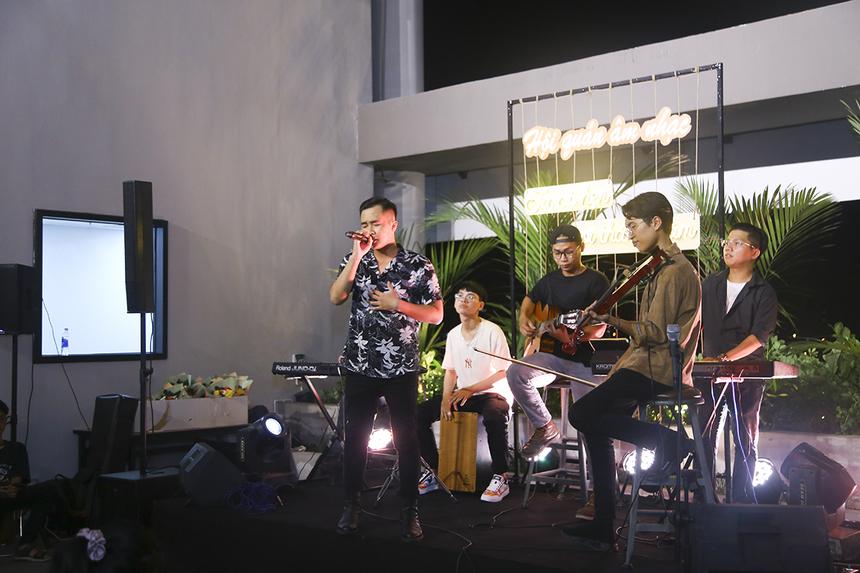 Sau phần giao lưu với khách mời, khán giả tiếp tục chìm đắm trong không gian lãng mạn với Đặng Tuấn Phong - giọng ca đã từng lọt Top 12 Vietnam Idol 2016 và tham gia The Voice 2017. Chàng trai đã mang đến hai ca khúc Chưa bao giờ và Mùa yêu đầu tiên với chất giọng da diết, đầy nội lực.