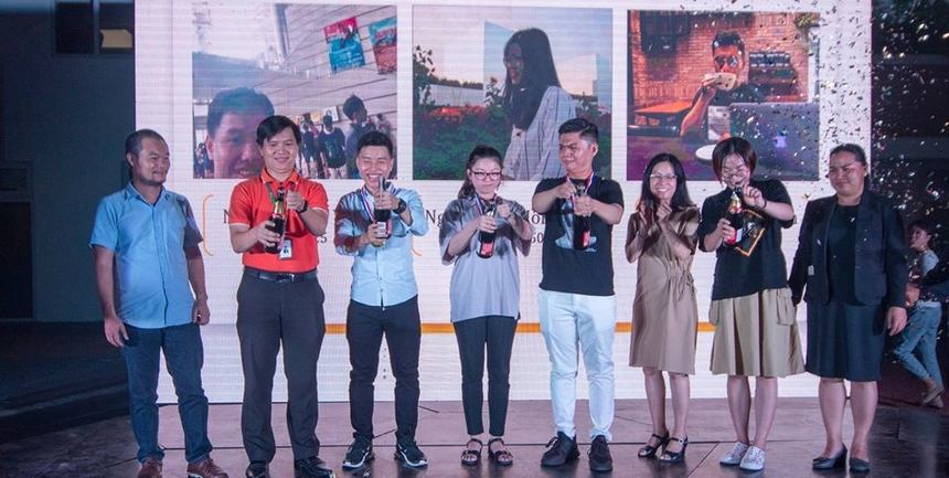 """Sinh viên được vinh danh """"Cóc vàng"""" sẽ nhận được giấy khen và phần thưởng 10 triệu đồng từ nhà trường. Anh Nguyễn Trường Sơn – Phó giám đốc khối văn phòng FPT Education HCM đã cùng khui rượu chúc mừng các tân """"cóc vàng"""" của trường ở học kỳ này."""