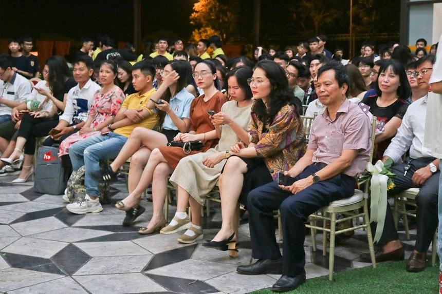 Đến dự lễ tôn vinh có sự góp mặt của TS. Tạ Ngọc Cầu - Phó Giám đốc ĐH FPT Hà Nội, cùng các cán bộ quản lý, giảng viên và sinh viên trường.