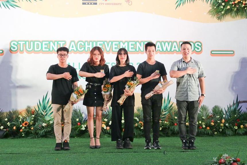 Nhân dịp này, nhà trường cũng trao giải cho những sinh viên đạt thành tích trong cuộc thi Vovinam.