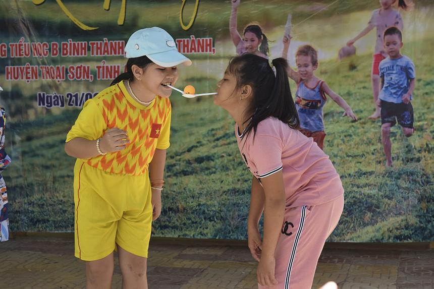 """Phối hợp cùng Quỹ Hy vọng, đoàn thiện nguyện Synnex FPT HCM còn tổ chức các hoạt động vui chơi và phát quà cho học sinh trường Tiểu học """"B"""" Bình Thành."""