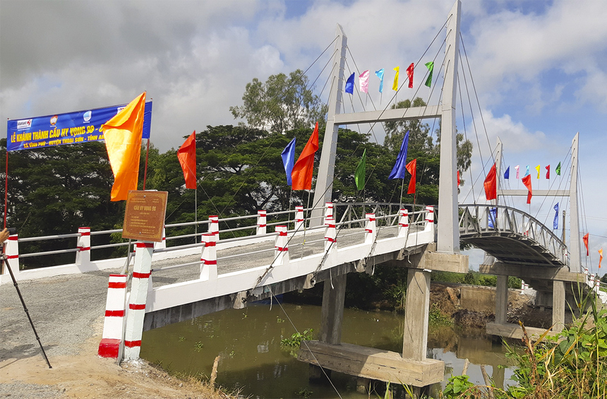 Cây cầu Hy Vọng 98 (cầu Vĩnh Tây) thuộc xã Vĩnh Phú (huyện Thoại Sơn) có độ dài 35m, rộng 3,5m, độ thông thuyền 4m, xây dựng với tổng kinh phí hơn 416 triệu đồng. Trong đó, khách hàng trúng thưởng Xổ số điện toán Việt Nam (Vietlot) tài trợ 100 triệu đồng.