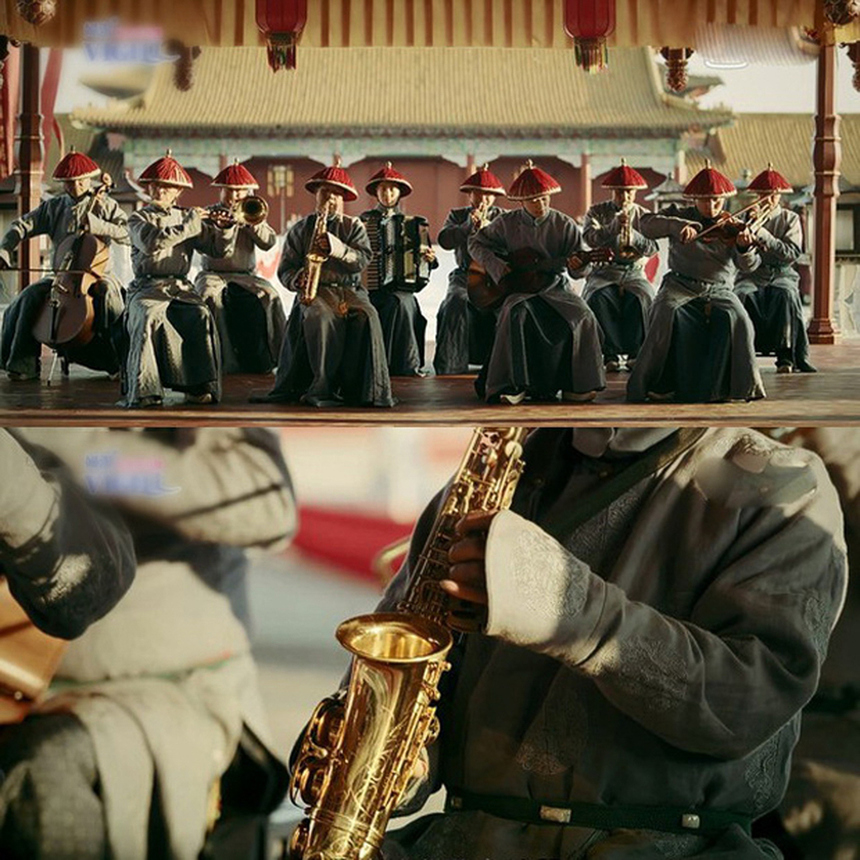 """Trong một phân cảnh, đoàn làm phim cho kèn Saxophone """"xuyên không"""" cả trăm năm về thời đại Càn Long từ năm 1735 - 1796 trong khi dụng cụ âm nhạc này lại được phát minh ra năm 1840."""