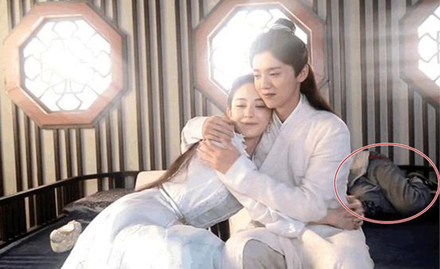 'Kẻ thứ ba' xuất hiện trong cảnh tình cảm giữa Lộc Hàm và Cổ Lực Na Trát.