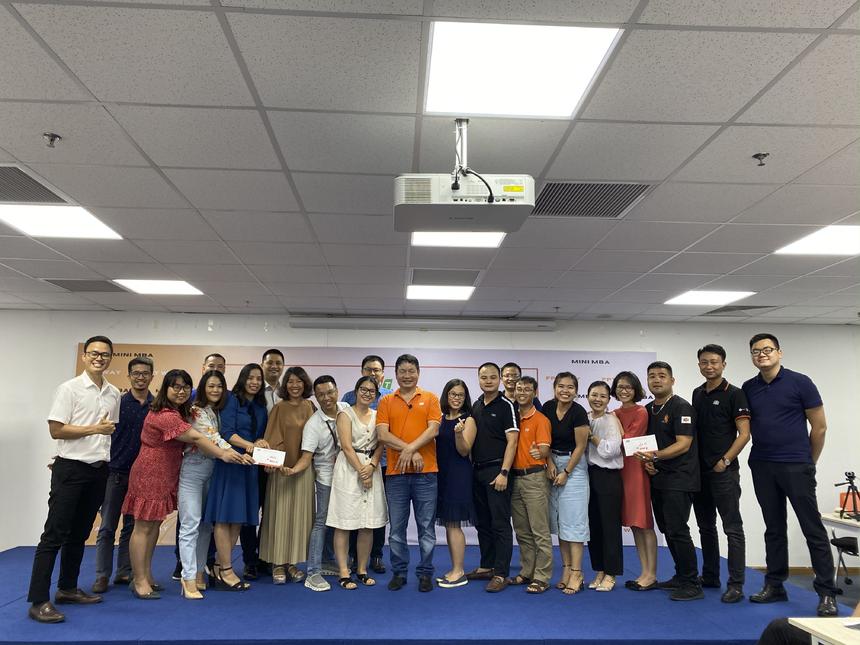"""Chương trình FPT MiniMBA là chương trình do Trường Đào tạo Cán bộ FPT phối hợp với Viện Quản trị Kinh doanh FPT (FSB) tổ chức dành cho cán bộ FPT từ cấp 4 trở lên. Trước đó, ngày 10/6, Chủ tịch Trương Gia Bình đã trực tiếp giảng dạy môn FPT Way II (Chiến tranh nhân dân) với gần 100 học viên từ lớp 41, 43 khóa 2019 - 2020. Buổi học đã nhận được sự hưởng ứng và tương tác rất tốt giữa thầy và trò; là một nguồn động lực to lớn giúp người F tiếp tục làm việc và sinh sống dưới mái nhà FPT. Thời gian tới, môn học sẽ tiếp tục được tổ chức tại TP HCM, Cần Thơ và Đà Nẵng với mục tiêu lan tỏa văn hóa doanh nghiệp FPT đến được với mọi thành viên của tổ chức, góp phần nhân rộng """"bộ gen nhà F""""."""