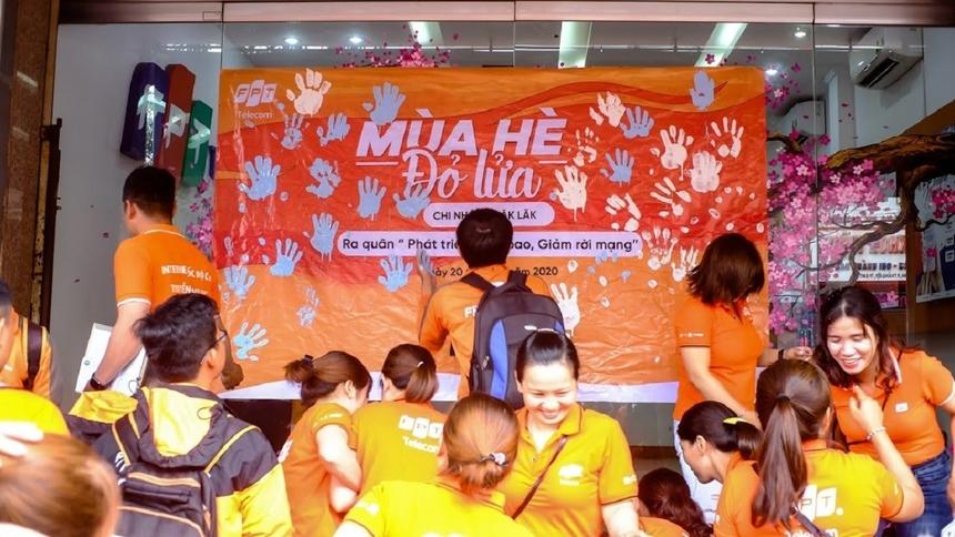 Tương tự chi nhánh Đà Nẵng, 'Cáo' Đăk Lăk cũng có màn 'đồng lòng quyết tâm' bằng cách in dấu sơn bàn tay lên tấm banner của chiến dịch.