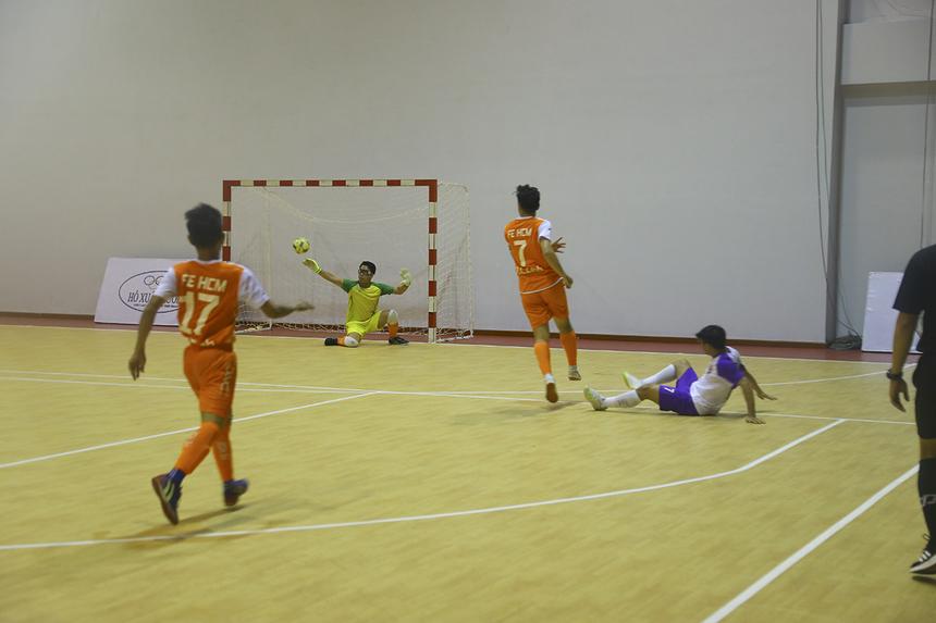 Tuy nhiên, TP Bank không phải là đội bóng dễ bị bắt nạt. Các cầu thủ áo tím ngay lập tức tràn sang phần sân đối phương và giành lại thế trận. Tuy nhiên, thủ môn Nguyễn Văn Tẩn thi đấu rất tập trung, để hóa giải hầu hết các cú sút của TP Bank.