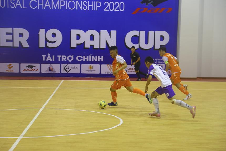 FPT Education thi đấu mạch lạc với những pha lên bóng nhanh, nhờ sức trẻ và kỹ thuật của một vài cầu thủ trong đội hình.