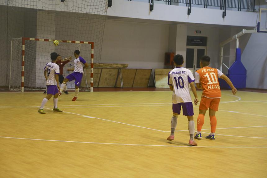 Số 10 Nguyễn Lê Vỹ không ít lần thử tài thủ môn Nguyễn Thành Tú bên phía TP Bank. Tuy nhiên, những cú sút của anh vẫn chưa đủ độ khó để trở thành bàn thắng.
