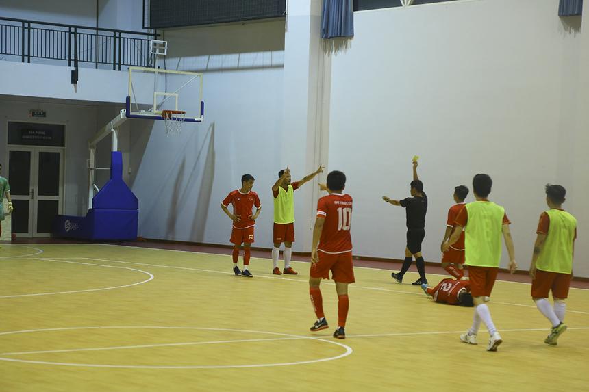 Các pha phạm lỗi giữa hai đội ngày càng nhiều hơn. Đỉnh điểm là chiếc thẻ đỏ gián tiếp của số 10 Phan Thanh Sang bên phía Sen Đỏ ở phút 22. Tuy nhiên, FPT Telecom cũng không tận dụng được lợi thế hơn người trong vòng hai phút.