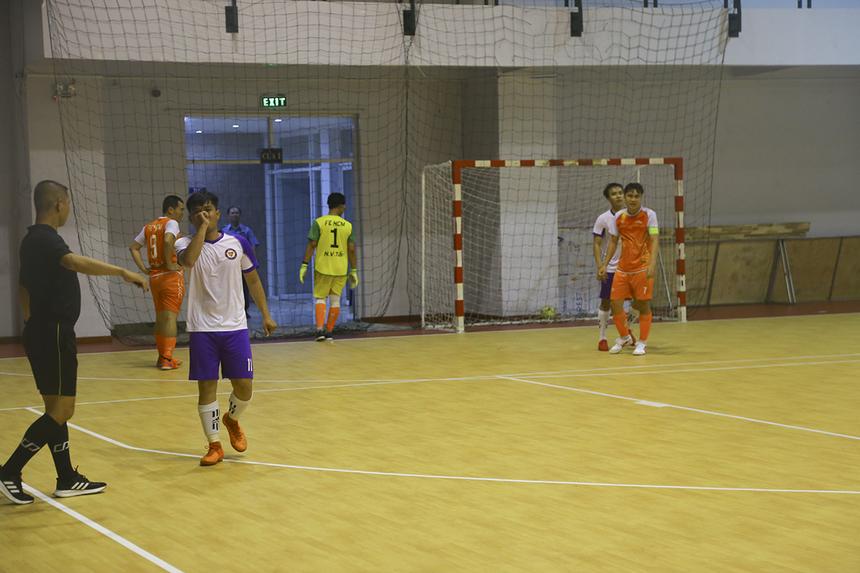 """Đến phút 26, FPT Education hoàn toàn """"vỡ trận"""" khi số 17 Phạm Nguyễn Thanh Long ghi bàn, nâng tỷ số lên 5-1. Các cầu thủ áo cam xuống tinh thần nhanh chóng và tỏ ra nóng vội."""