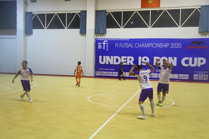 Cầu thủ dự bị Phạm Bá Vinh của TP Bank có pha ăn mừng mang thương hiệu CR7, sau khi ghi bàn nâng tỷ số lên 6-1 từ một tình huống phản công nhanh ở phút 35.
