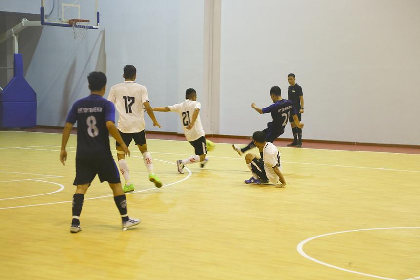 Trong hàng loạt tình huống đối mặt thủ môn, các cầu thủ FPT Software đều dứt điểm ra ngoài hoặc đi vào đúng vị trí thủ thành Đinh Vinh Hiển. Cơ hội trôi qua trong sự tiếc nuối của khán giả.