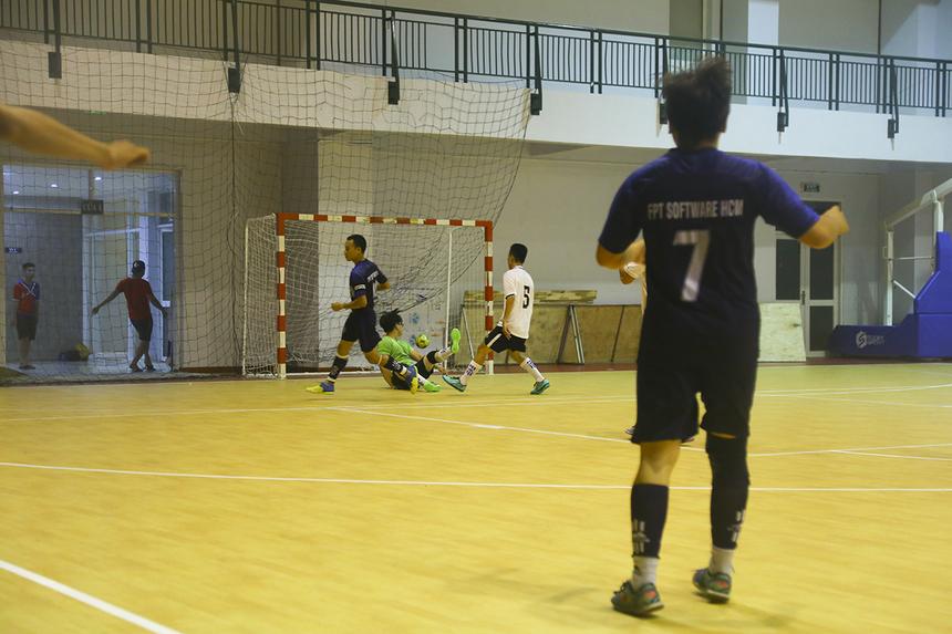 8 phút sau, đội trưởng Ngô Đức Duy có pha khống chế bóng gọn gàng và dứt điểm qua đầu thủ môn Đinh Vinh Hiển, nâng tỷ số lên 4-0 cho đội bóng Phần mềm.