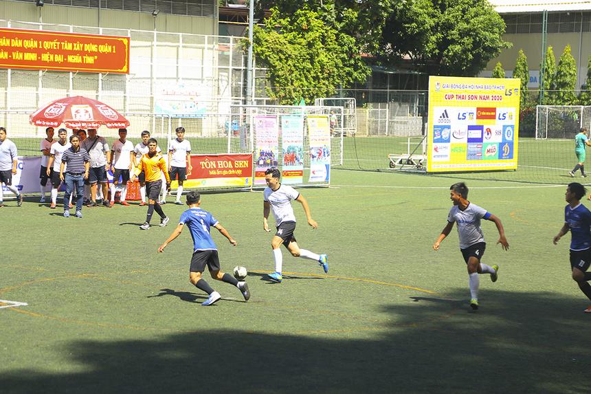 Phút 13, số 14 Thái Sơn có pha dốc bóng phản công từ phần sân nhà và phối hợp cùng đội trưởng Văn Vũ. Tuy nhiên, cầu thủ của Truyền hình FPT lại để mất bóng đáng tiếc ngay sau đó.