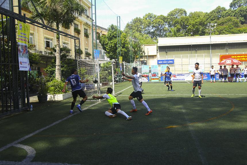 Bước sang hiệp 2, Thông tấn xã quyết tâm chơi tấn công ngay từ đầu với sự cơ động của chủ công Việt Hằng. Tuy nhiên, đội trưởng số 10 của đội bóng áo xanh thường xuyên bị kèm chặt trong các pha lên bóng.