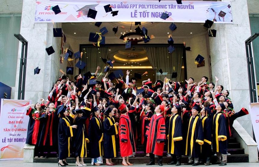 Kết thúc buổi lễ, 72 tân cử nhân đã có màn nghi thức tung nón với ý nghĩa đánh dấu bước ngoặt cuộc đời của mỗi sinh viên, từ đây sẽ chính thức mở ra một chặng đường mới. FPT Polytechnic Tây Nguyên cũng chính là nơi khởi đầu để ước mơ của các tân cử nhân bay cao, bay xa hơn nữa.
