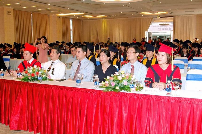 Tham dự buổi lễ có Giám đốc khối đào tạo Cao đẳng FPT PolytechnicVũ Chí Thành cùng đông đảo các cán bộ, giảng viên, sinh viên và phụ huynh của các tân cử nhân.