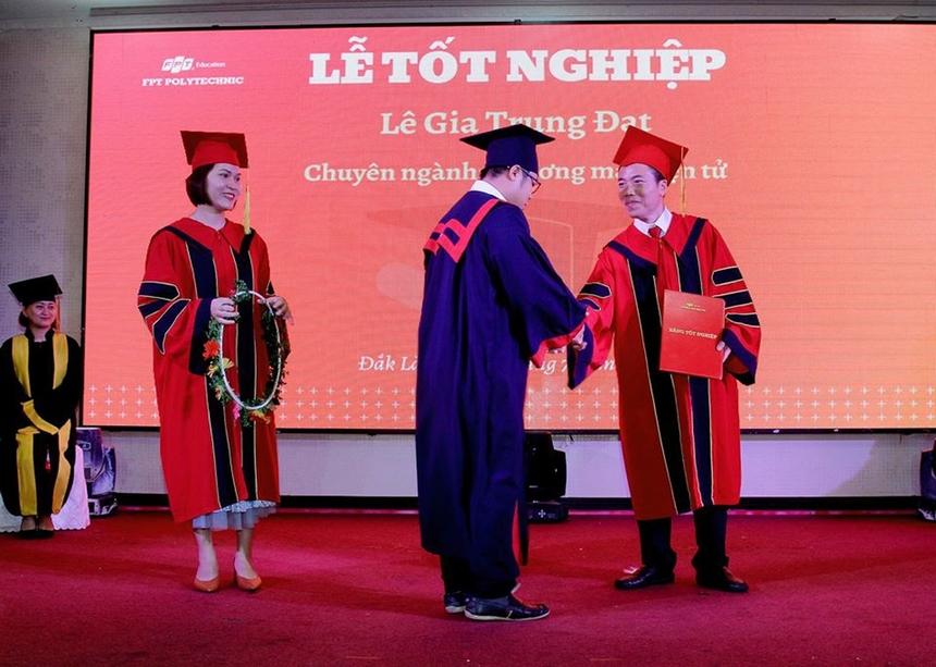 Các tân cử nhân rạng rỡ bước lên bục nhận tấm bằng tốt nghiệp sau quãng thời gian học tập và rèn luyện tại trường. Trong đợt này, có 72 sinh viên được nhận bằng tốt nghiệp.