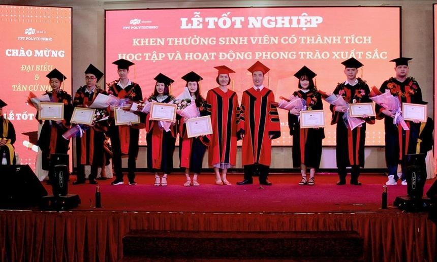 Tại buổi lễ, nhà trường cũng tổ chức khen thưởng dành cho những sinh viên có thành tích học tập và hoạt động phong trào xuất sắc trong thời gian vừa qua.