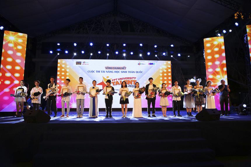Tối 5/7 tại ĐH FPT Cần Thơ, khán giả đã được chứng kiến màn so tài của 15 thí sinh THPT đến từ các tỉnh/thành trên toàn quốc về tham dự đêm chung kết Học bổng Tài năng ĐH FPT, sau khi vượt qua vòng loại trực tuyến.