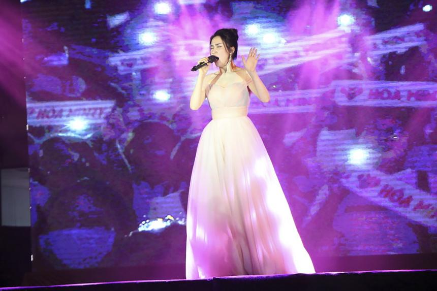 """Các khách mời đã đốt cháy sân khấu đêm chung kết với những bản hit của mình. Trong đó, Hòa Minzy gửi đến khán giả các ca khúc: """"Rời bỏ"""", """"Không thể cùng nhau suốt kiếp"""". Còn với Trúc Nhân là bài hát """"Thật bất ngờ"""", """"Bốn chữ lắm""""."""