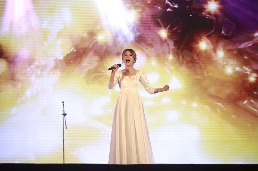 Mở đầu chương trình là Fight Song - ca khúc đã lập nhiều kỷ lục về xếp hạng tại hàng loạt quốc gia như Anh, Mỹ, Scotland, Canada. Giọng hát của thí sinh Dương Ngọc Quỳnh đến từ Bắc Giang đã phần nào lột tả được chiều sâu cũng như ý chí mạnh mẽ vượt trên hoàn cảnh mà tác giả - nữ ca sĩ người Mỹ Rachel Platten đã thể hiện trong giai điệu và ca từ của ca khúc.