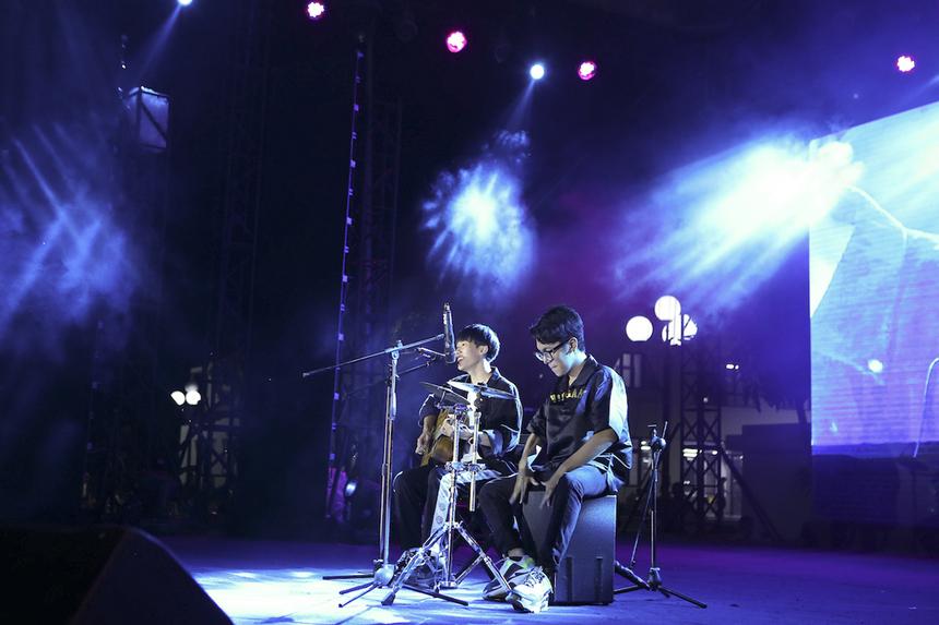 """Chàng trai đa tài Lê Hoàng Nam đến từ Sơn La chinh phục khán giả khi vừa tự đệm guitar vừa hát bản mash-up hai ca khúc """"Dù có cách xa"""" và """"Một đêm say""""."""
