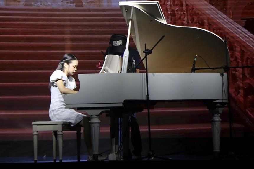 """Tiếp nối không gian âm nhạc da diết là tiết mục độc tấu dương cầm của thí sinh Đặng Thu Hiền đến từ Lạng Sơn. Cô gái nhỏ nhắn với những ngón tay thuần thục rượt đuổi nhau trên phím đàn trong không gian tác phẩm kinh điển """"Waltz in C-Sharp Minor""""."""