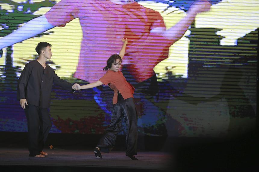 Nguyễn Thị Huyền Trang đã chinh phục khán giả bằng câu chuyện xúc động về lòng cha thông qua ngôn ngữ kết hợp giữa nhảy và múa đương đại. Nếu phần đầu tiết mục là không gian sôi động với những vũ điệu trẻ trung, tươi mới giúp Trang thể hiện khả năng nhảy nổi bật thì phần sau tiết mục, cô gái nhỏ đến từ Hà Nội đã đưa khán giả sang một vùng không gian cảm xúc đầy bất ngờ với màn múa đương đại kể câu chuyện về hồi ức buồn với cha, đồng thời phô diễn khả năng cơ thể uyển chuyển, linh hoạt và đầy cảm xúc của mình.