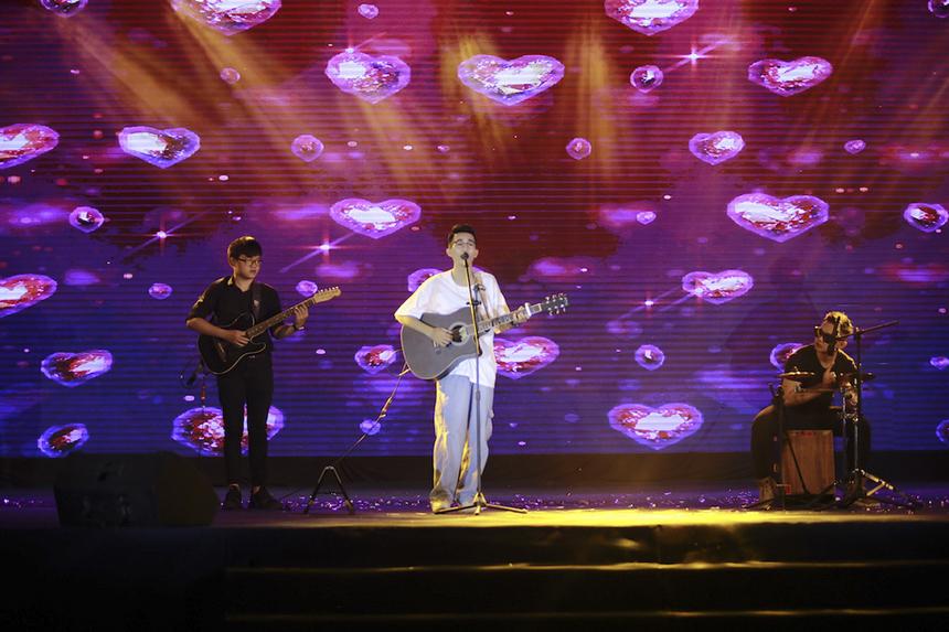 Mang đến chương trình một màu sắc khác, chàng trai đến từ Quảng Bình - Mai Xuân Thành làm sáng bừng sân khấu bởi ngoại hình sáng và tài biểu diễn hút hồn cùng thần thái biến hóa theo từng lời nhạc.