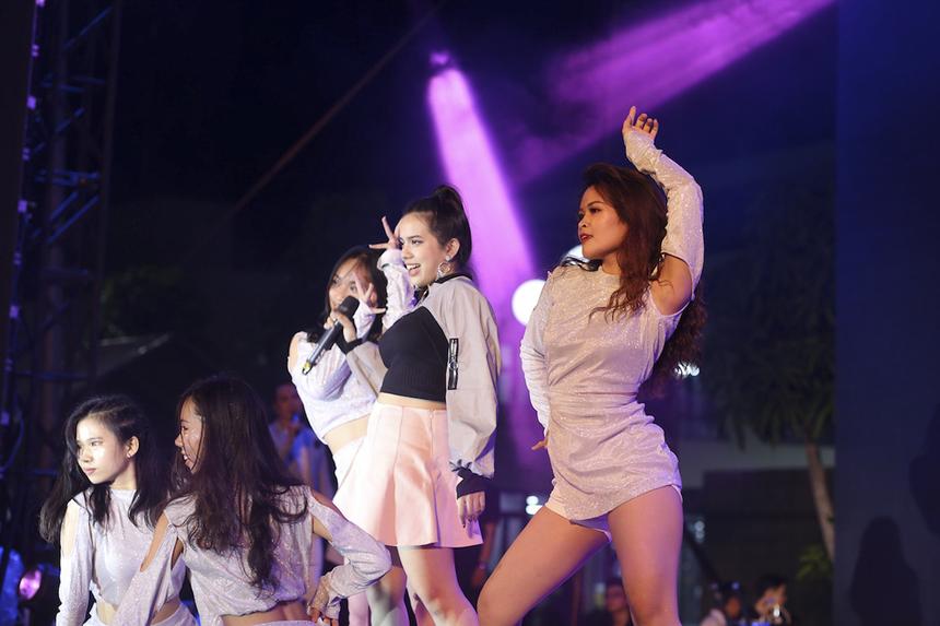 """Chọn ca khúc nổi tiếng """"Bang bang"""" để biểu diễn, Phan Lê Mi - cô gái mang gương mặt thanh thoát, vũ điệu cuốn hút đã phần nào thể hiện được thực lực với giọng hát nội lực và khả năng làm chủ sân khấu."""