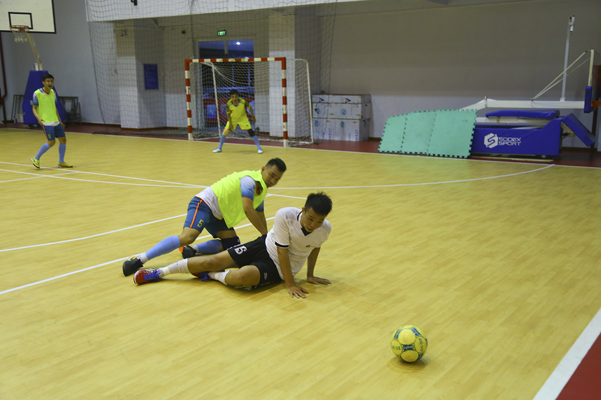 Trong hiệp hai, hai đội thi đấu giằng co, chủ động bảo toàn khung thành. Nhiều tình huống phạm lỗi xảy ra khiến trọng tài Huỳnh Minh Cường phải rút ra ba thẻ vàng để cảnh cáo cầu thủ hai bên.