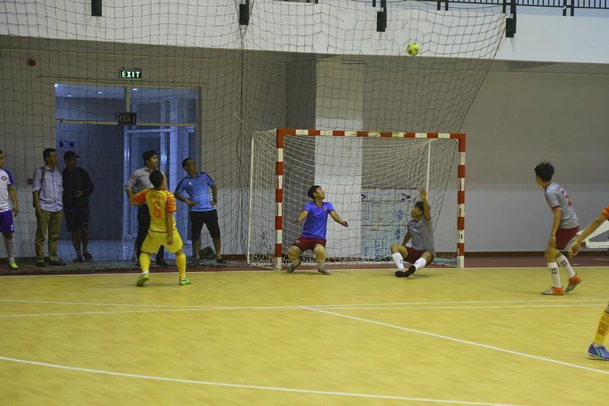 Các cầu thủ dự bị của hai bên được tung vào sân nhiều hơn trong nửa cuối hiệp hai. Số 6 Nguyễn Quốc Thịnh đã có thể ghi bàn, nhưng cú dứt điểm ở tư thế không ai theo kèm của anh lại đi vọt xà.