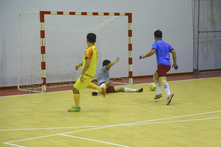 Phút thứ 10, số 8 Hoàng Trọng Nghĩa của FPT IS có tình huống đi bóng vượt qua thủ môn Lê Thành Đô, nhưng anh lại dứt điểm đi chệch cột dọc trong gang tấc.