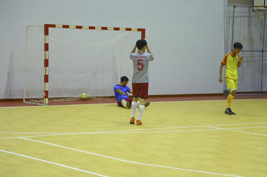 Tuy nhiên CĐV của FPT IS cũng không phải chờ đợi quá lâu để có dịp ăn mừng bàn thắng. Phút thứ 13, trong một pha lên bóng ở cánh phải, số 19 Nguyễn Quang Sang đã dứt điểm chính xác, nhân đôi cách biệt cho đội bóng áo vàng.