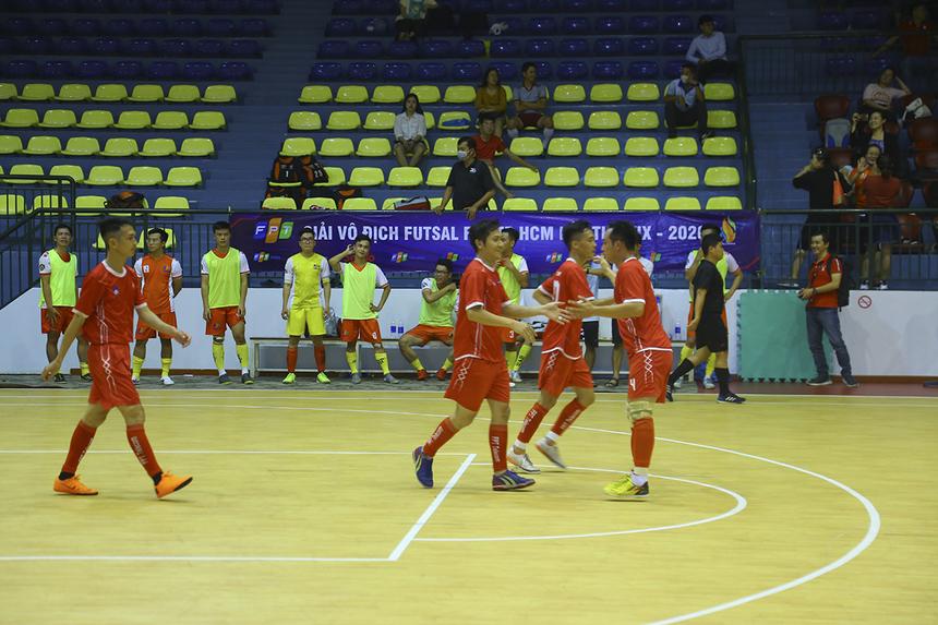 Kịch bản của hiệp 1 tiếp tục lặp lại ở hiệp 2, khi ngay phút đầu tiên, FPT Telecom đã có bàn thắng nâng tỷ số lên 3-0 của cầu thủ Hoàng Văn Mạnh. Các cầu thủ Synnex FPT xuống tinh thần rất rõ sau bàn thua chóng vánh này.