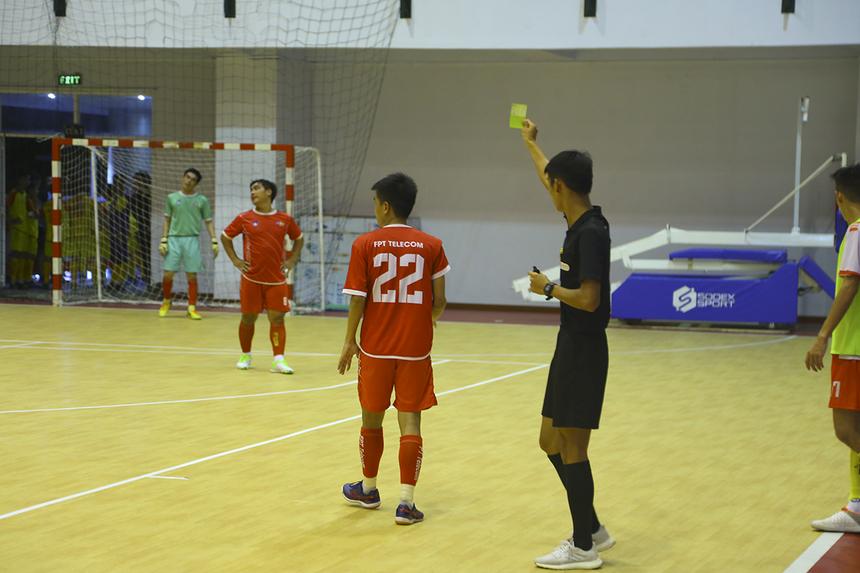 Dù có lợi thế dẫn trước với cách biệt lớn nhưng các cầu thủ FPT Telecom vẫn thi đấu rất quyết liệt. Điều đó khiến số 22 Dương Thái Phương và số 12 Trần Vũ Lâm liên tiếp nhận thẻ vàng chỉ trong hai phút 28 và 29.