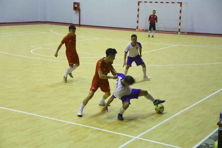 Trận đấu diễn ra khá cân bằng khi hai đội nhập cuộc tự tin. TP Bank gặp khó khăn trong khâu triển khai bóng khi thiếu vắng số 4 Nguyễn Hoàng Diệu Thương do bị treo giò vì dính thẻ đỏ ở trận ra quân.