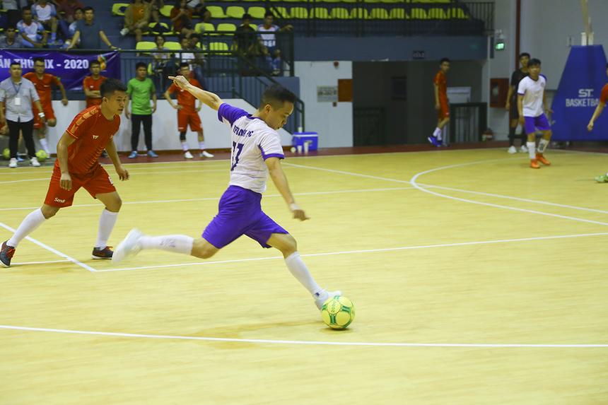 Không thể tiếp cận vòng cấm, TP Bank chọn dứt điểm từ xa. Số 13 Nguyễn Quang Hải thử vận may nhưng bóng đi vọt xa.
