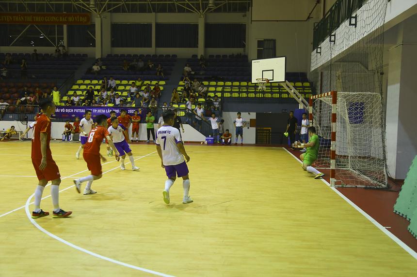 Phút 15, TP Bank được hưởng quả phạt đền khi cầu thủ Sen Đỏ phạm lỗi trong vòng cấm. Tuy nhiên trên chấm đá phạt, số 13 Quang Hải lại sút bóng đi vào người thủ môn của đội bóng áo đỏ. Tỷ số 2-1 được giữ nguyên đến hết hiệp 1.