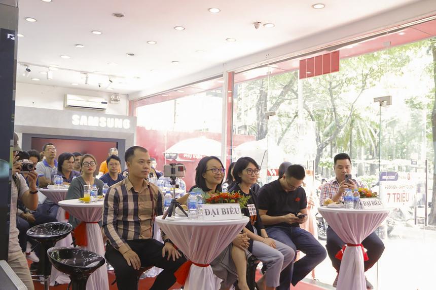 Sáng 10/7, lễ công bố giá và khuyến mãi dòng laptop Asus Vivobook 14 (M413) do FPT Shop độc quyền phân phối được tổ chức tại cửa hàng 202 Nguyễn Thị Minh Khai (quận 3, TP HCM) với sự tham gia của nhiều chuyên gia công nghệ.