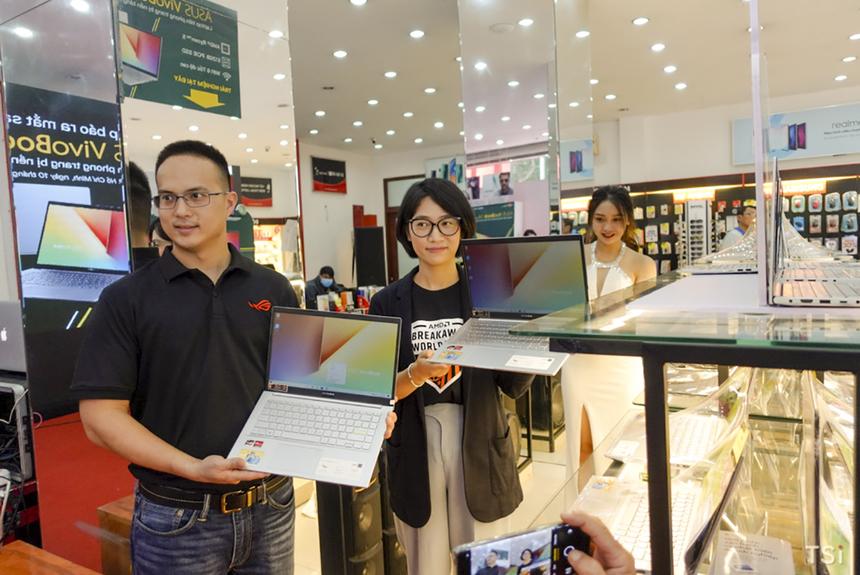 Khách hàng có thể dễ dàng chọn mua Asus VivoBook 14 (M413) tại FPT Shop với ưu đãi trả góp 0% lãi suất, không cần trả trước. Thủ tục trả góp vô cùng đơn giản, chỉ với 2 loại giấy tờ cơ bản là chứng minh nhân dân và bằng lái xe (hoặc sổ hộ khẩu) cùng 15 phút xét duyệt là bạn đã có thể mang chiếc laptop mới toanh về nhà. Nếu chọn hình thức trả thẳng 100%, bạn sẽ được nhận ngay phiếu mua hàng trị giá 1 triệu đồng.