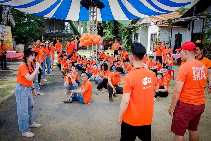 """Cách đây 10 năm, ngày 10/7/2010 chi nhánh Gia Lai - Kon Tum được thành lập, khởi đầu cho một hành trình xây thương hiệu FPT Telecom tại mảnh đất nơi đây.Mở đầu cho buổi tiệc kỷ niệm """"Cáo"""" Gia Lai đã có màn khởi động tràn đầy năng lượng với những trò chơi tập thể, dưới sự dẫn dắt của nữ nhân viên Nguyễn Thị Hồng Hạnh."""