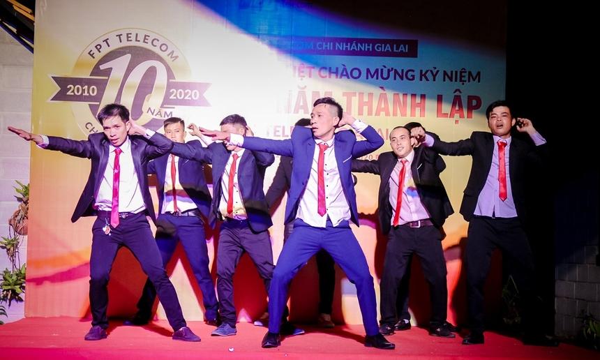 Chương trình tiếp tục với các tiết mục văn nghệ được chuẩn bị công phu bài bản và rất hài hước. Các chàng trai nhà 'Cáo' Gia Lai trong bộ vest rất bảnh, với những điệu nhảy khiến ai cũng không nhịn được cười.