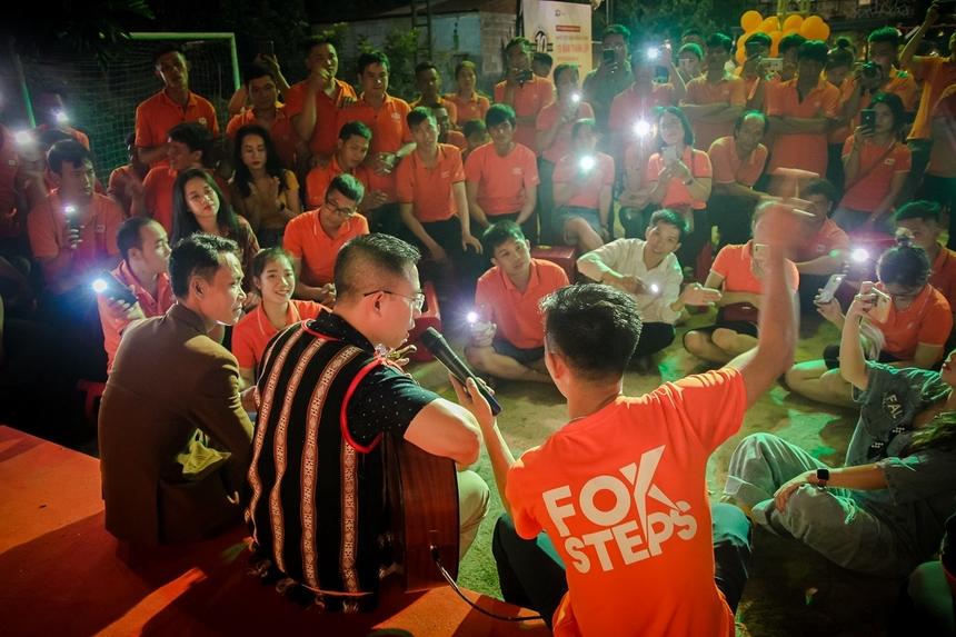 'Ấn tượng và xúc động nhất là anh Hoàng Việt Anh ngồi trên bục sân khấu, tất cả các nhân viên ngồi xung quanh, bật đèn flash hát theo, cứ như thế hát rất lâu, không mấy ai ngờ lại ngồi hát tới tận 2h ngày hôm sau', Nguyễn Thị Hồng Hạnh cho biết.
