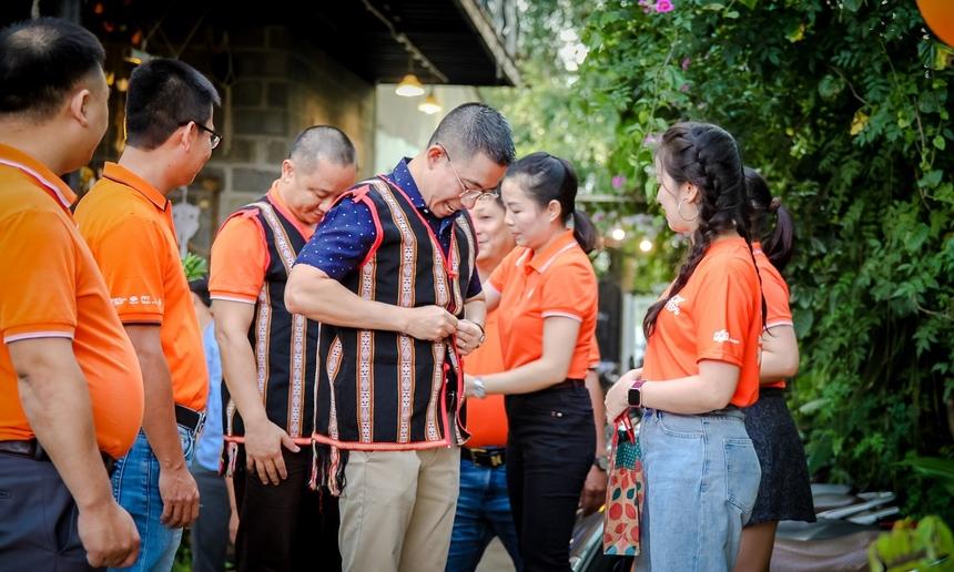 """Chương trình kỷ niệm của nhà """"Cáo"""" Gia Lai mang đậm chất phố núi. CEO FPT Telecom Hoàng Việt Anh khoác trên mình chiếc áo truyền thống của người dân tộc thiểu số vùng Tây Nguyên."""