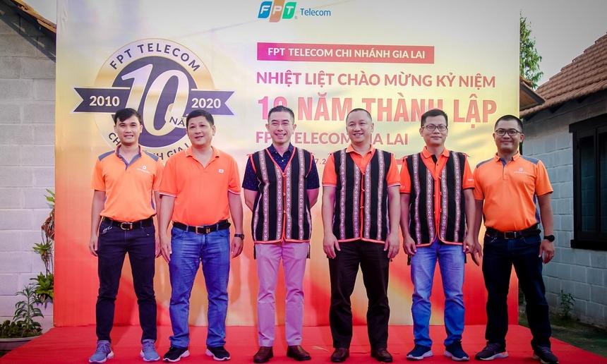 CEO Hoàng Việt Anh, Giám đốc Vùng 4 Nguyễn Thế Quang, Giám đốc chi nhánh Đào Thanh Vũ cùng đại diện đơn vị rạng rỡ trong ngày mừng kỷ niệm 10 tuổi.
